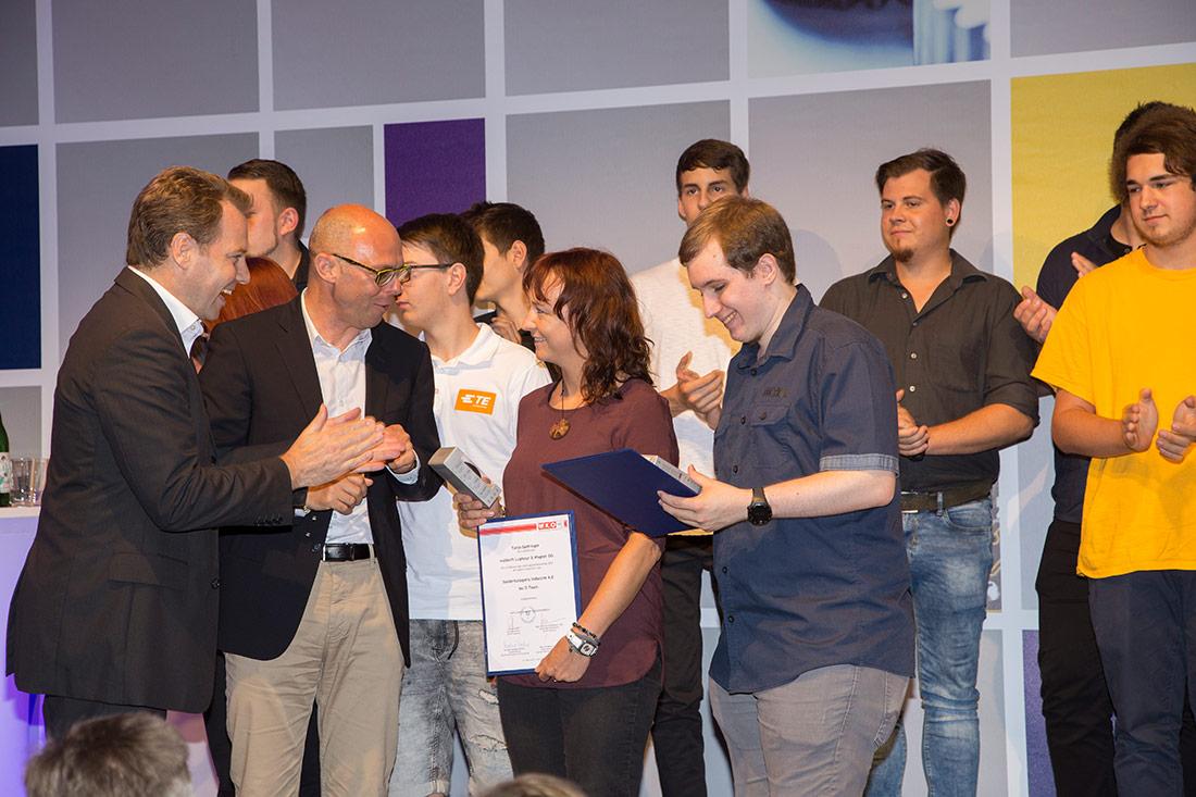 Lehrlingswettbewerb Industrie 4.0, 2017, Tanja Gattringer erhält Urkunde, Foto waldsoft