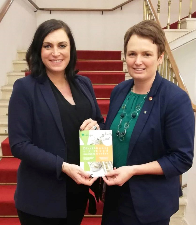 Broschüre Direktvermarkter & Kunsthandwerker, BR Andrea Wagner und Bundesministerin Elisabeth Köstinger